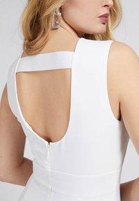 Guess - PATTI DRESS - Shift dress - weiß - 3