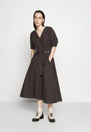 UTILITY BELTED DRESS GATHERED SLEEVE - Denní šaty - dark mocha