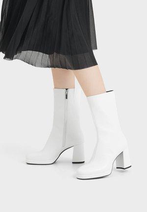 MIT PLATEAU UND HOHEM SCHAFT - High heeled boots - white