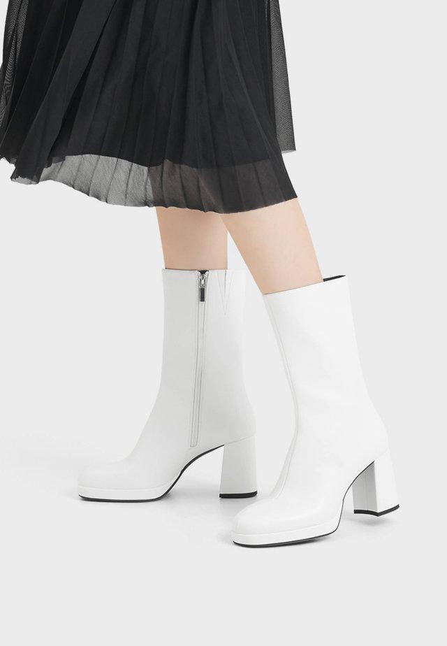 MIT PLATEAU UND HOHEM SCHAFT - Laarzen met hoge hak - white