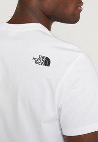 The North Face - WALLS CLIMB TEE - Triko spotiskem - white - 5