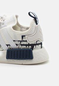 adidas Originals - NMD_R1 UNISEX - Sneakers basse - crystal white/collegiate navy - 5