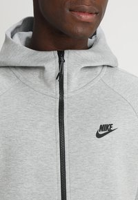 Nike Sportswear - TECH FULLZIP HOODIE - Mikina na zip - dark grey heather/black - 5