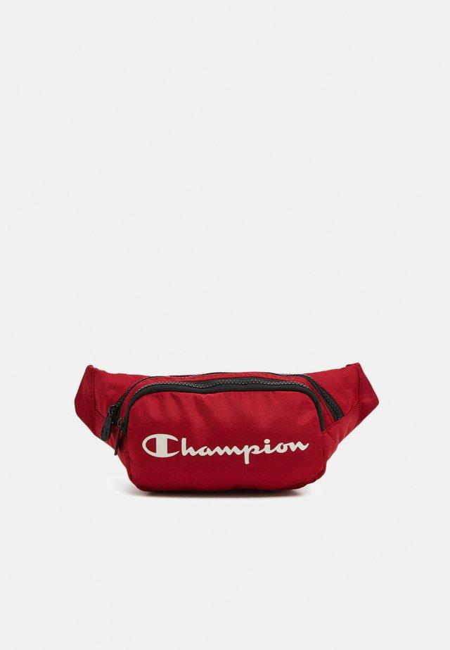 BELT BAG LEGACY - Taška spříčným popruhem - dark red