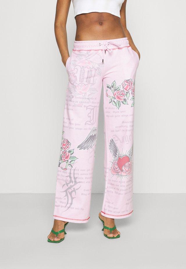 WITH TATTOO SCREEN  - Pantalones deportivos - pink