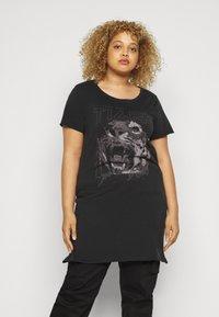 ONLY Carmakoma - CARERVINS LIFE LONG TEE - Print T-shirt - black/acid washed - 0
