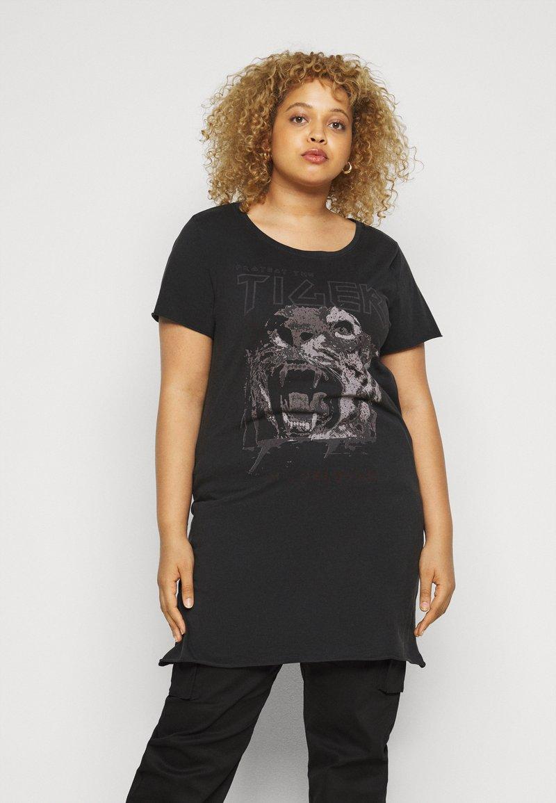 ONLY Carmakoma - CARERVINS LIFE LONG TEE - Print T-shirt - black/acid washed