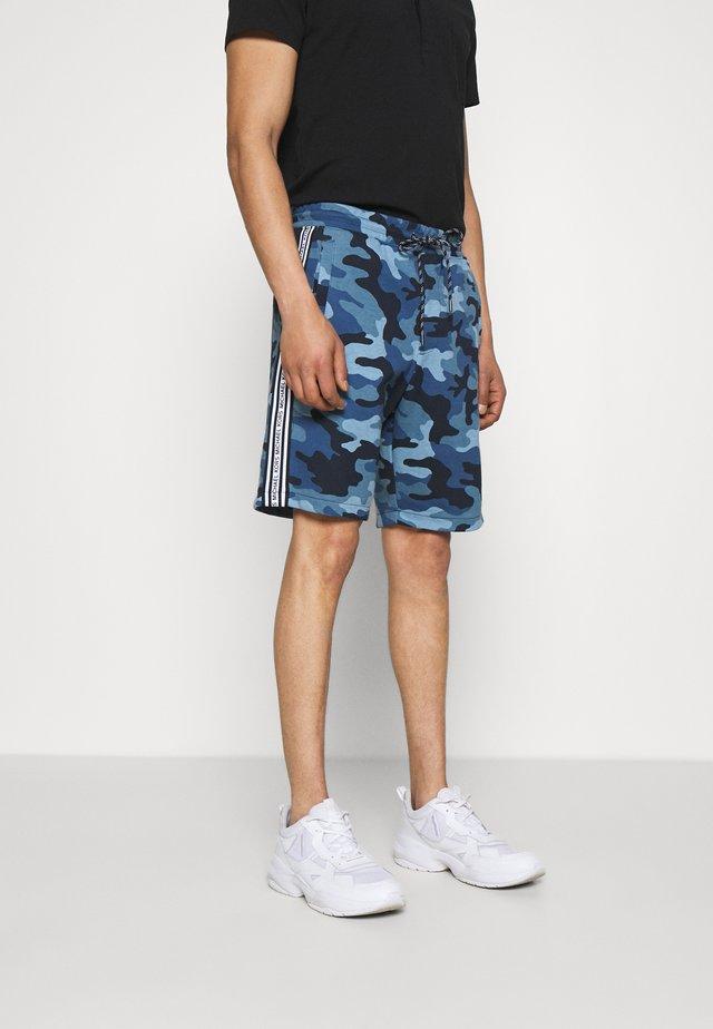 BLOCKED LOGO SHORT CAMO - Shorts - dark midnight