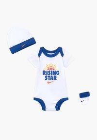 Nike Sportswear - RISING STAR HAT BODYSUIT BOOTIE SET - Čepice - white - 0