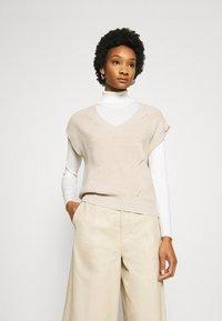 Moss Copenhagen - ENITA VEST - Print T-shirt - oatmeal - 3