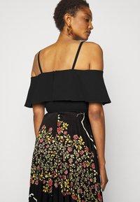 Victoria Victoria Beckham - PLEATED COLD SHOULDER RECYCLED DRESS - Denní šaty - jumbo black - 3