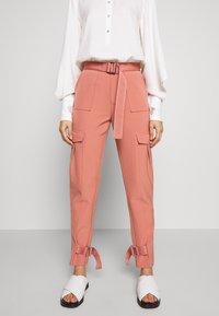Holzweiler - SKUNK - Cargo trousers - dust pink - 0