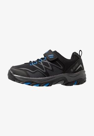 BLACKOUT LOW JR UNISEX - Trekingové boty - black/blue