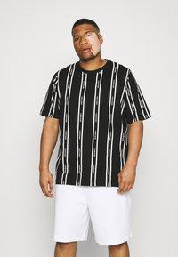Calvin Klein - VERTICAL LOGO STRIPE - T-shirt med print - black - 0