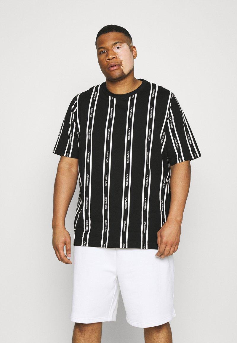 Calvin Klein - VERTICAL LOGO STRIPE - T-shirt med print - black