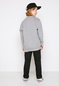 Vans - Sweater - concrete heather/black - 2