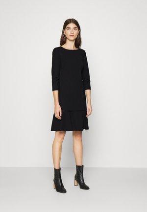 MILANO DROP DRESS - Žerzejové šaty - black