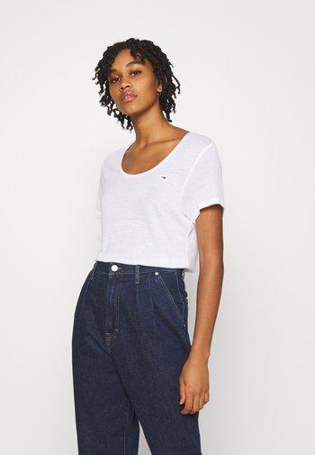 REGULAR SCOOP NECK TEE - Basic T-shirt - white