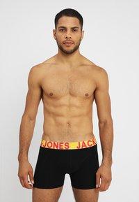Jack & Jones - JACCRAZY SOLID TRUNKS 3 PACK - Underkläder - black/navy blazer/black - 0
