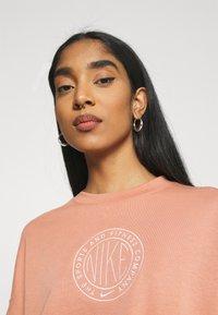Nike Sportswear - FEMME CREW - Sweatshirt - terra blush/terra blush/orange pearl - 3