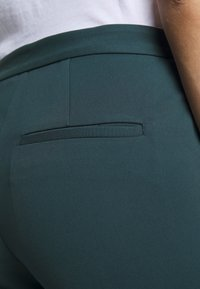 Tiger of Sweden - TAIKA - Pantalon classique - scarab green - 4