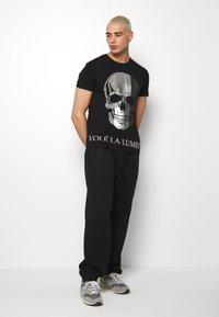 Volé la lumière - MULTI SKULL TSHIRT - T-shirt print - black - 1