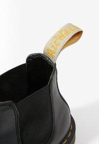 Dr. Martens - 2976 CHELSEA VEGAN - Kotníkové boty - black - 5