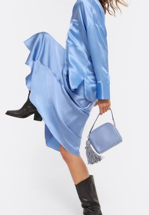 MIT POMPON - Across body bag - light blue