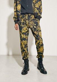 Versace Jeans Couture - PRINT REGALIA BAROQUE - Tracksuit bottoms - nero/oro - 3