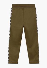 Hummel - KICK PANTS UNISEX - Teplákové kalhoty - military olive - 1