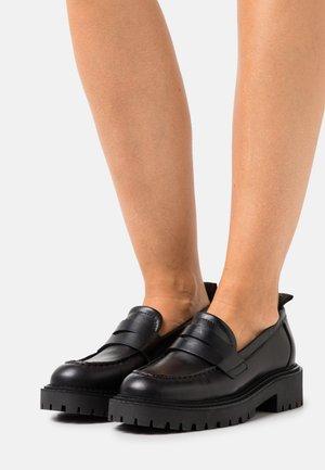 PHOBY - Loaferit/pistokkaat - black