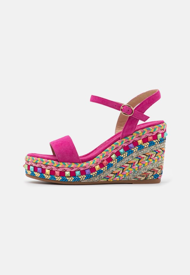 Sandály na platformě - fuxia