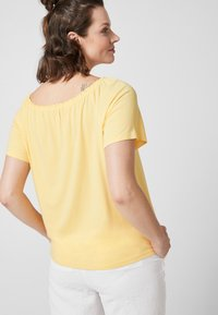 Triangle - Basic T-shirt - yellow