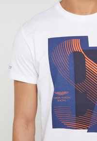 Hackett Aston Martin Racing - AMR RACING  - T-shirt con stampa - white - 5