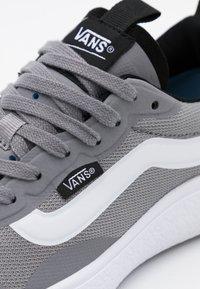 Vans - ULTRARANGE EXO - Sneakers laag - frost gray/true white - 5