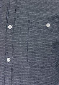 TOM TAILOR DENIM - FIXED TURN UP - Shirt - navy/white - 2