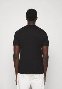 Emporio Armani - T-shirt imprimé - nero - 2