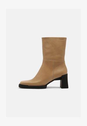 EDWINA - Korte laarzen - lark
