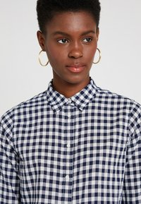 J.CREW TALL - CLASSIC FIT BOY IN CRINKLE GING - Button-down blouse - classic navy - 3
