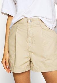 Levi's® - PLEATED UTILITY - Shorts - crisp - 5