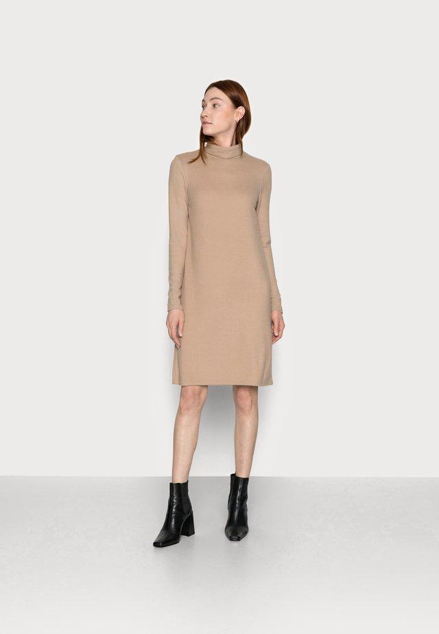PCPAM HIGH NECK DRESS - Gebreide jurk - warm taupe