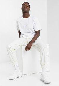 Mennace - ESSENTIAL REGULAR RELAXED SIG TEE UNISEX - Basic T-shirt - white - 1