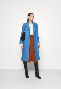 IVY & OAK - BELTED COAT - Zimní kabát - allure blue - 1