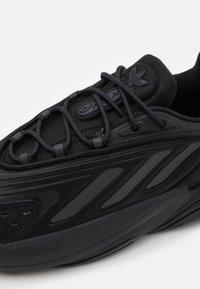 adidas Originals - OZELIA UNISEX - Trainers - core black/carbon - 7