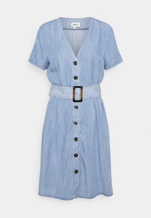 ONLMARY BUCKLE BELT DRESS - Robe en jean - light blue denim