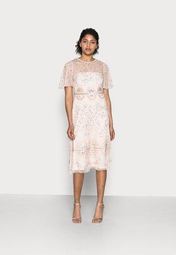BEADED FLUTTER DRESS - Koktejlové šaty/ šaty na párty - pale pink