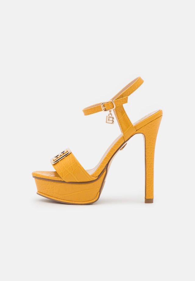 Sandały na platformie - mustard