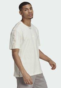 adidas Originals - T-shirt med print - white - 3