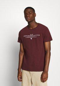Abercrombie & Fitch - TECHNIQUE LOGO EUROPE - Print T-shirt - burg - 0