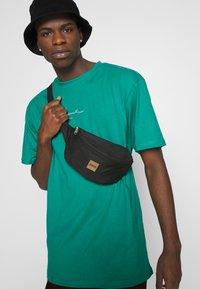 Karl Kani - SMALL SIGNATURE TEE UNISEX - Print T-shirt - turquoise - 3